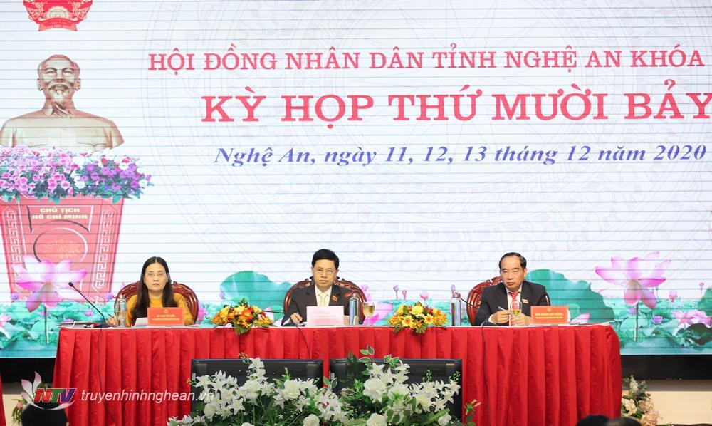 Đoàn chủ tịch kỳ họp.