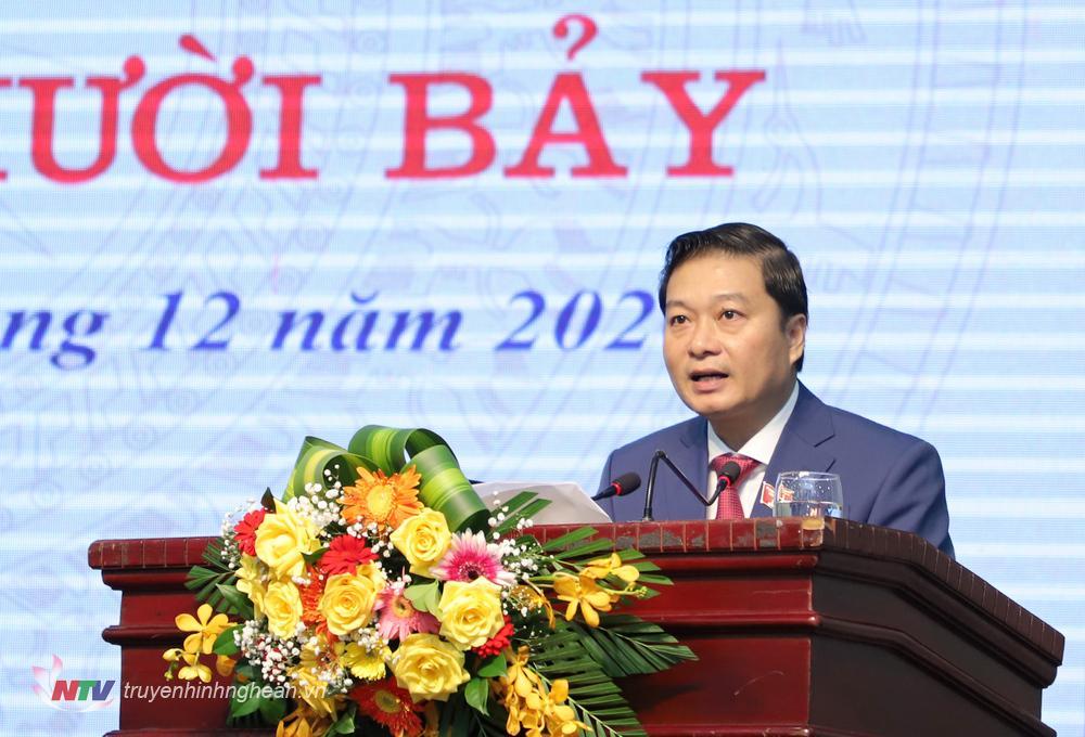 Phó Chủ tịch Thường trực UBND tỉnh Lê Hồng Vinh báo cáo tại kỳ họp.