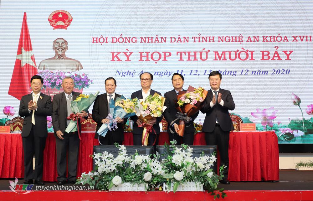 Các đồng chí lãnh đạo HĐND, UBND tỉnh tặng hoa chúc mừng ông Nguyễn Hữu Cầu.