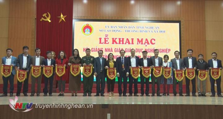 Bí thư Đảng uỷ Khối CCQ tỉnh Nguyễn Nam Đình và Giám đốc Sở Lao động Thương binh và Xã hội tặng cờ lưu niệm cho các đơn vị tham gia hội giảng.