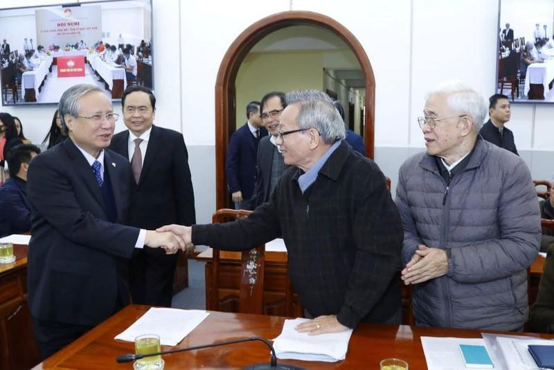 Thường trực BBT Trần Quốc Vượng chào hỏi các đại biểu dự hội nghị.