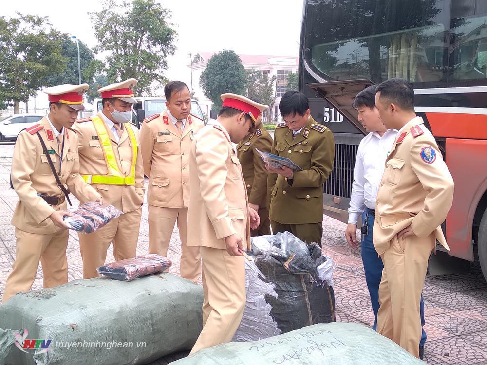 Đội Cảnh sát giao thông trật tự Công an huyện Nam Đàn kiểm tra, lập biên bản thu giữ toàn bộ 36 cối pháo và 1 cối pháo 09 do nước ngoài sản xuất trên xe ô tô khách mang BKS 51B-25389.