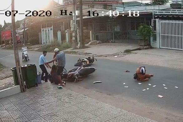 Nam thanh niên đạp vào đầu nữ sinh sau tai nạn - Ảnh cắt từ video