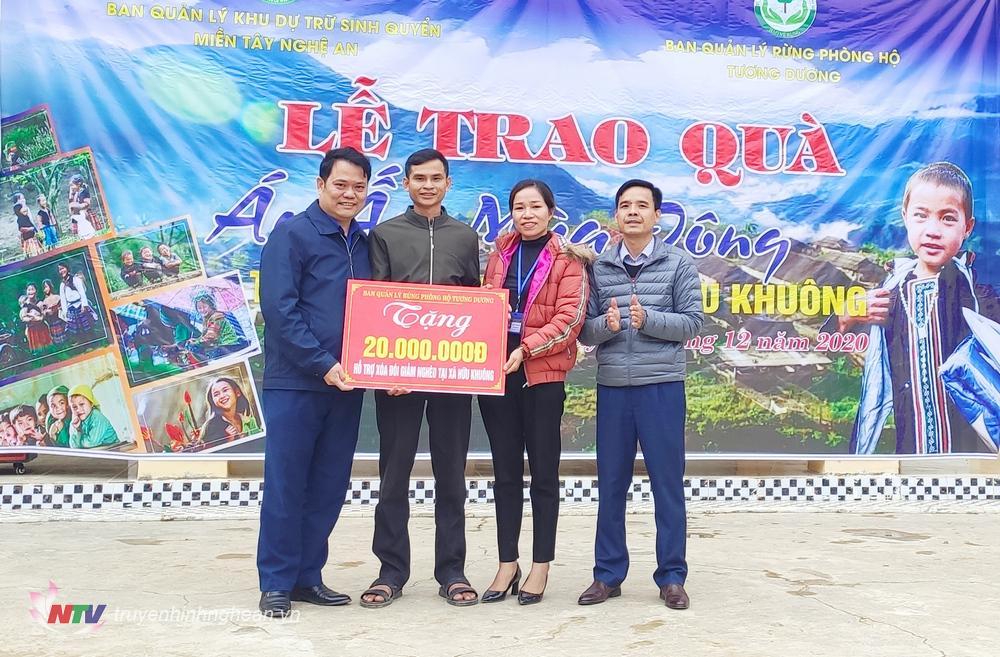 Trao hỗ trợ hộ gia đình nghèo cho xã Hữu Khuông.