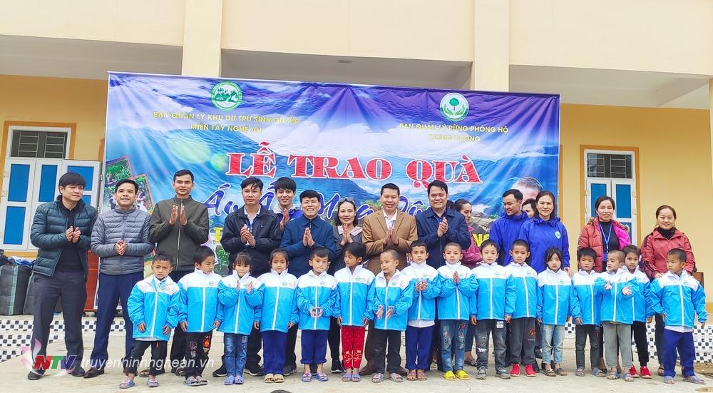 Hàng trăm áo ấm trao tặng hoc học sinh nghèo.