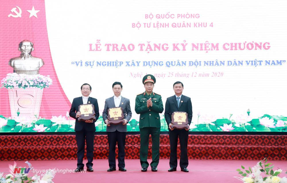 """Trung tướng Trần Võ Dũng - Bí thư Đảng ủy, Chính ủy Quân khu 4 trao Kỷ niệm chương """"Vì sự nghiệp xây dựng Quân đội nhân dân Việt Nam"""" cho các đồng chí lãnh đạo, nguyên lãnh đạo tỉnh Nghệ An."""