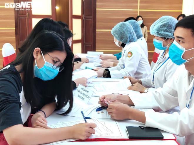 Nhiều người đến đăng ký thử nghiệm vaccine COVID-19 đầu tiên tại Việt Nam.
