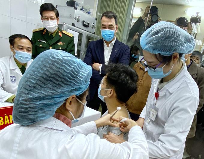 Người đầu tiên được tiêm thử nghiệm vaccine Covid-19 Nanocovax.
