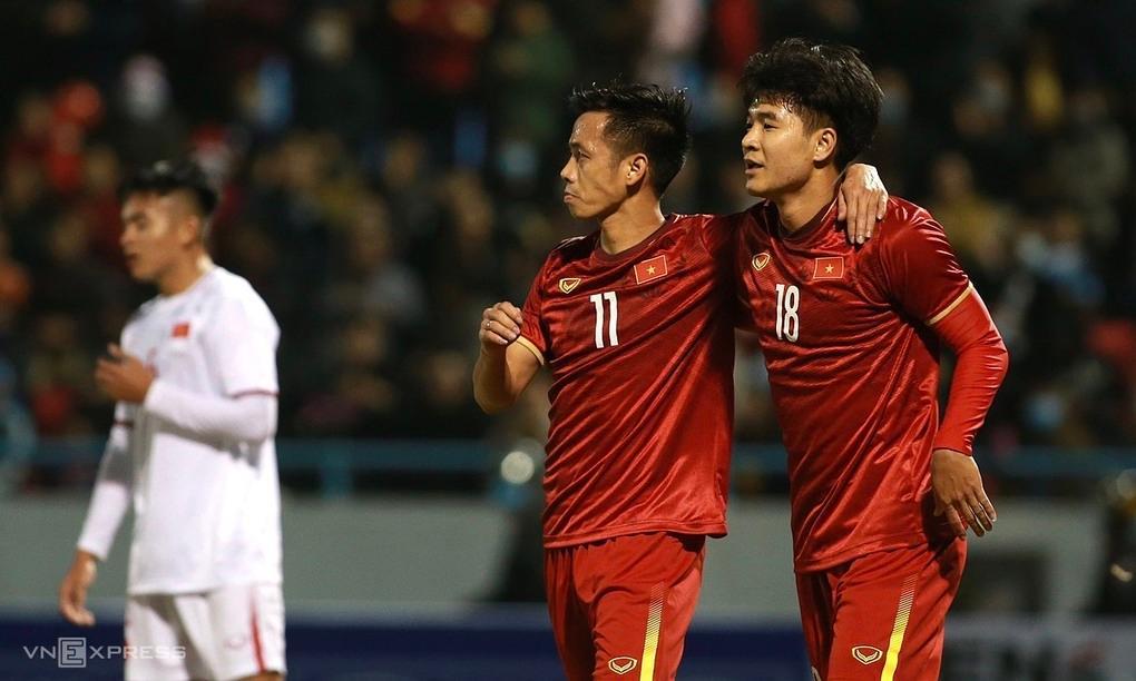 Văn Quyết (số 11) chia vui cùng Đức Chinh ở bàn gỡ hòa 1-1.