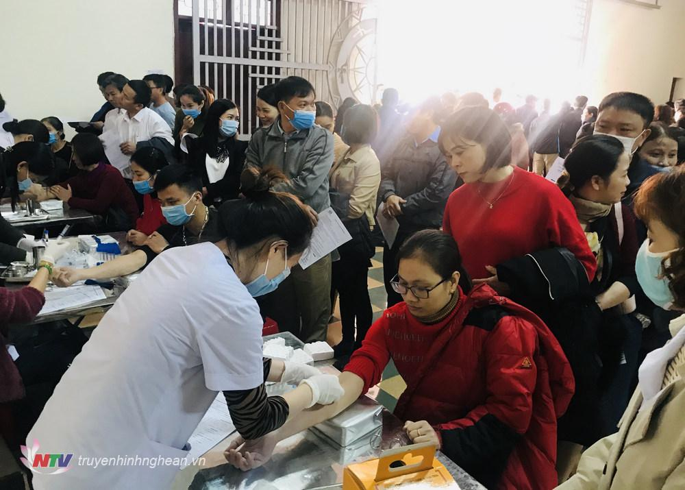 Các tình nguyện viên khám sàng lọc trước khi hiến máu.