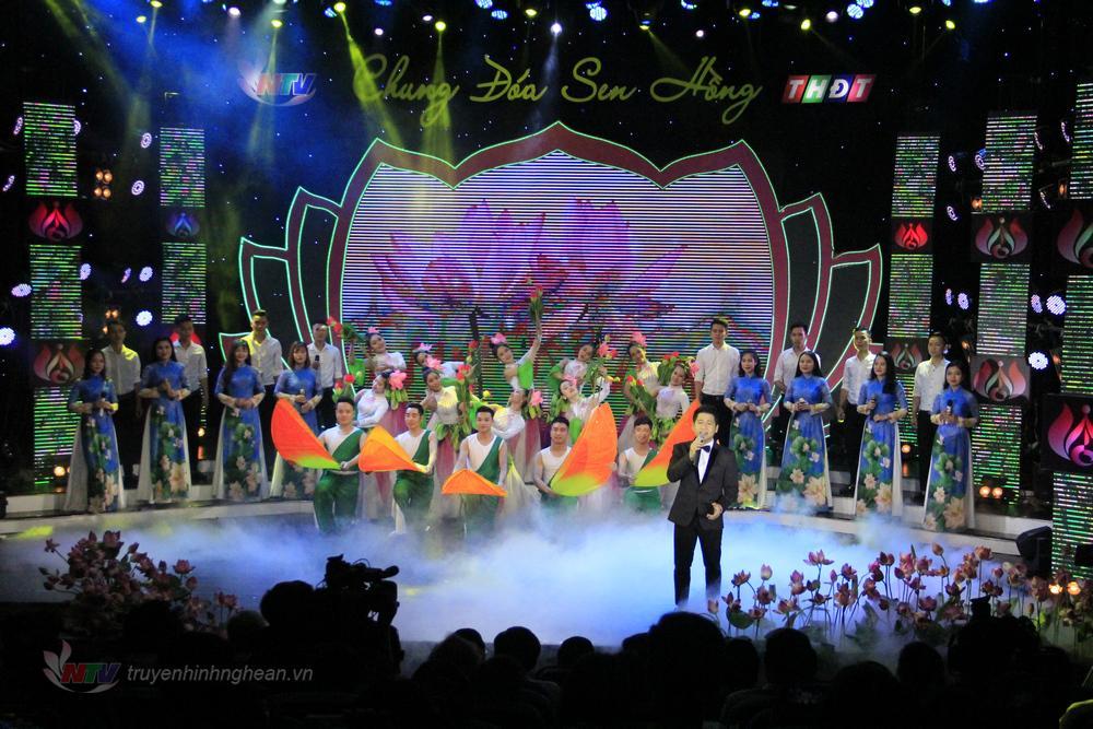 """Chương trình nghệ thuật """"Chung đóa Sen Hồng"""" được thực hiện tại 2 điểm cầu Nghệ An - Đồng Tháp nhân kỷ niệm 128 năm ngày sinh nhật Bác."""