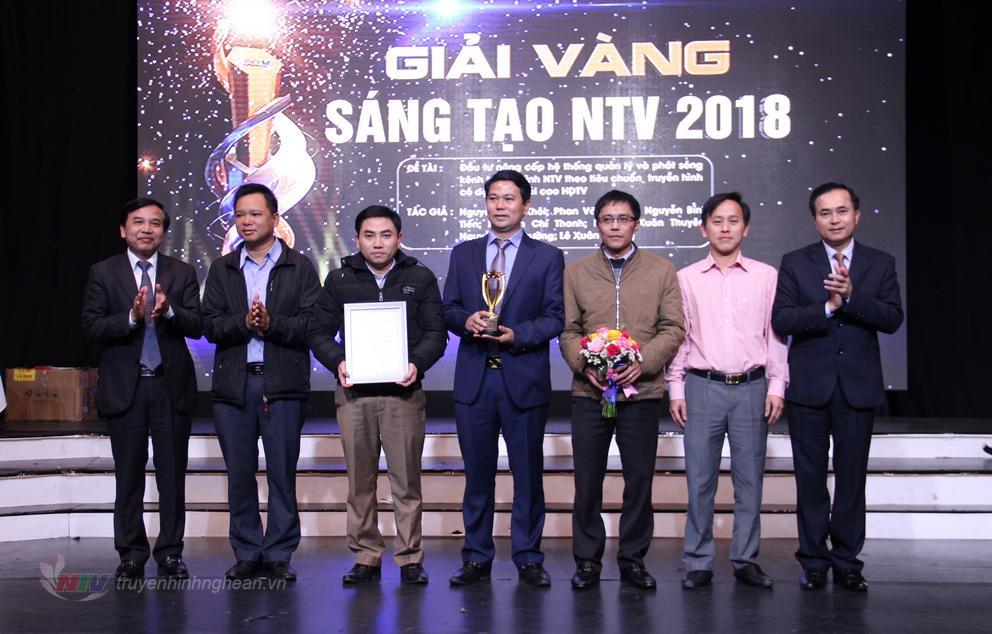 Phó Chủ tịch UBND tỉnh Lê Ngọc Hoa và Giám đốc Đài PT-TH Nghệ An Nguyễn Như Khôi trao Cup Vàng sáng tạo cho nhóm tác giả đạt giải.