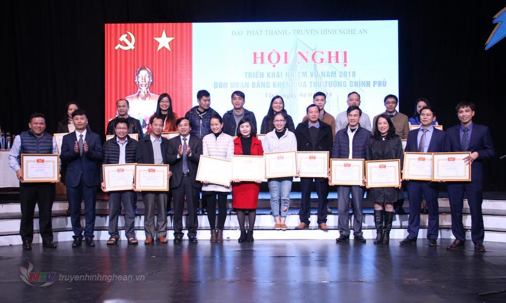 Trao Giấy khen cho các Tập thể lao động tiên tiến và các cá nhân đạt danh hiệu Chiến sĩ thi đua cấp cơ sở năm 2018.