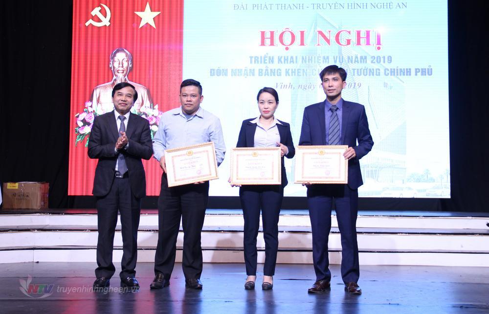 Trao khen thưởng cho các Chi bộ xuất sắc năm 2018.