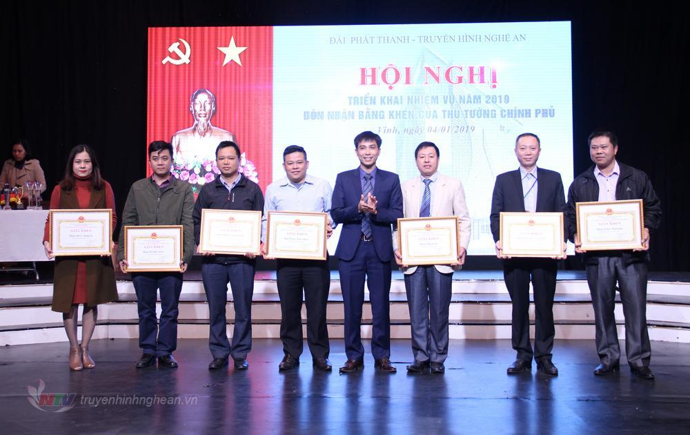Trao khen thưởng cho các đảng viên xuất sắc năm 2018.