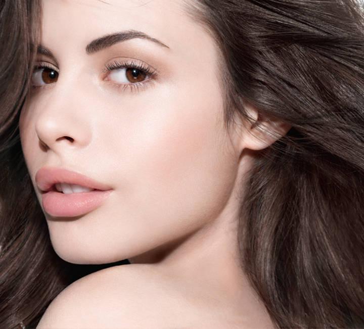 Màu hồng nude luôn là lựa chọn hàng đầu của những cô gái nữ tính yêu thích sự nhẹ nhàng không quá nổi bật. Tô son môi màu hồng phớt sẽ khiến cho đôi môi của bạn mang màu cánh hoa đào không quá phô trương nhưng vẫn luôn tỏa ra vẻ đẹp ngọt ngào.