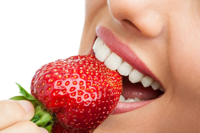 Ăn nhiều dâu: Dâu là loại trái cây đỏ tươi này chứa hàm lượng folate cao, giúp tẩy tế bào chết và làm sạch răng một cách tự nhiên.