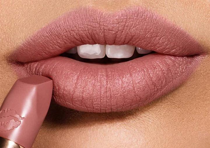 Tuy không rực rỡ bằng son đỏ hay hồng tím nhưng màu son môi này lại toát lên vẻ dịu dàng, tươi tắn. Nếu không quá cầu kì về trang điểm mà muốn trông đẹp tự nhiên thì bạn nên sắm ngay cho mình một thỏi son mang tông này.