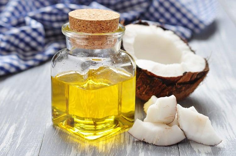 Sử dụng dầu dừa: Súc miệng với dầu dừa trong vòng 10 phút có thể khiến bạn nhăn mặt, nhưng dầu dừa có tác dụng kháng khuẩn và lấy đi chất bẩn. Hãy thực hiện phương pháp này mỗi ngày để có kết quả tốt nhất.