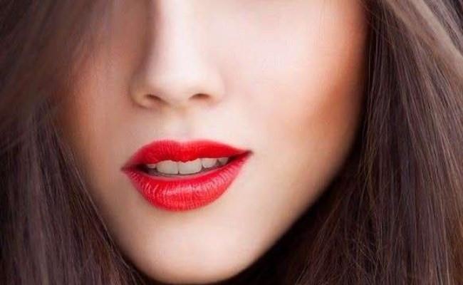 Màu son đỏ cherry: Không chỉ đơn thuần là một màu đỏ cổ điển, đỏ cherry với một chút xíu hồng hoặc chút xíu cam thực sự là một lựa chọn ấn tượng bởi nó cực kỳ tôn da, khiến khuôn mặt bạn bừng sáng rạng rỡ.