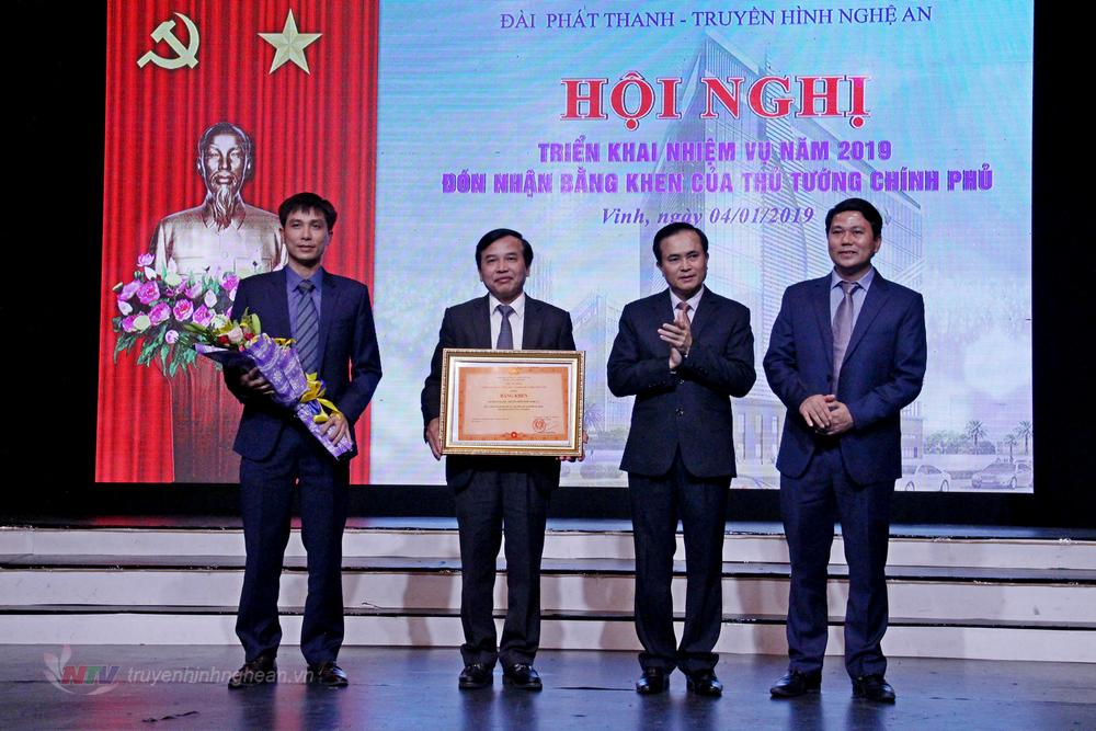 Phó Chủ tịch UBND tỉnh trao Bằng khen của Thủ tướng Chính phủ cho Đài PT-TH Nghệ An