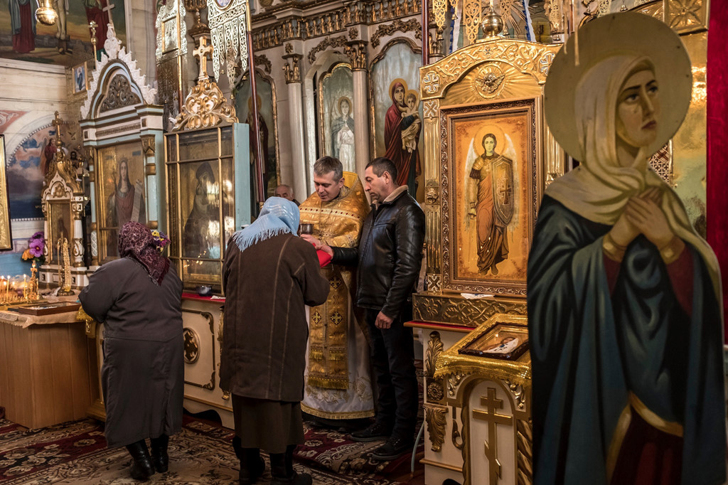 Cha Kolesov làm lễ tại nhà thờ làng Chernytsya.