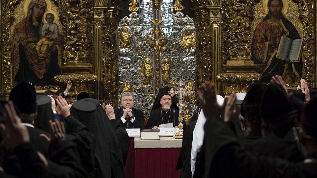   Tổng thống Petro Poroshenko tham gia hội nghị cùng các lãnh đạo tôn giáo để bầu ra người đứng đầu của một nhà thờ Chính Thống giáo Ukraine độc lập khỏi Nhà thờ Moscow, tại thánh đường St. Sophia ở thủ đô Kiev.  