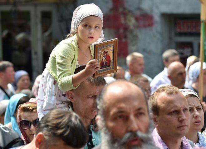 Một bé gái Ukraine cầm ảnh thánh trong lễ kỷ niệm Ngày Rửa tội tại Kiev năm 2016. Ngày lễ này đánh dấu kỷ nguyên đạo Cơ đốc đến với nhóm người Slavơ vào thế kỷ thứ 10, mà sau này trở thành các dân tộc Nga, Ukraine và Belarus.