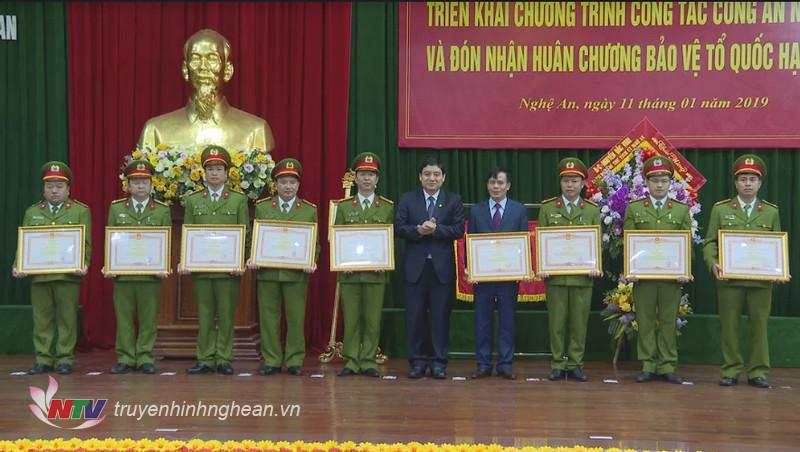 Thừa ủy quyền, Bí thư Tỉnh ủy Nguyễn Đắc Vinh tặng Bằng khen của Thủ tướng Chính phủ cho 9 cá nhân có thành tích xuất sắc trong công tác.