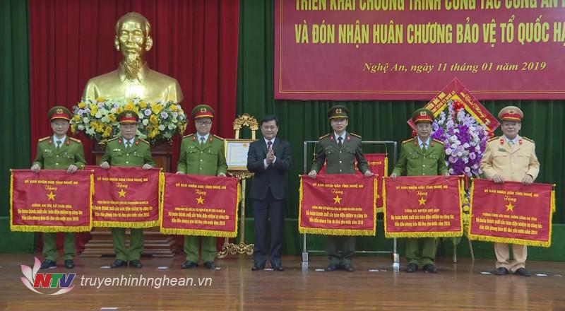 Chủ tịch UBND tỉnh Thái Thanh Quý tặng Cờ thi đua cho 6 đơn vị trực thuộc Công an Nghệ An.