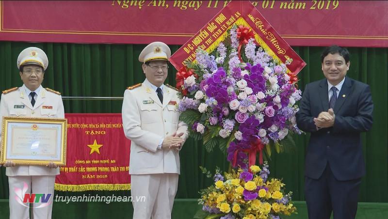 Bí thư Tỉnh ủy Nguyễn Đắc Vinh tặng hoa chúc mừng Công an tỉnh Nghệ An.