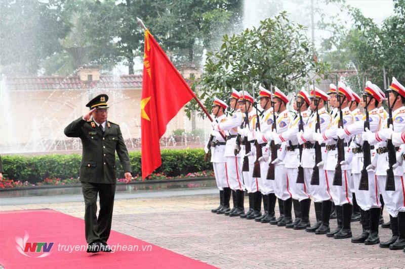 Thượng tướng Nguyễn Văn Thành duyệt đội danh dự Công an Nghệ An