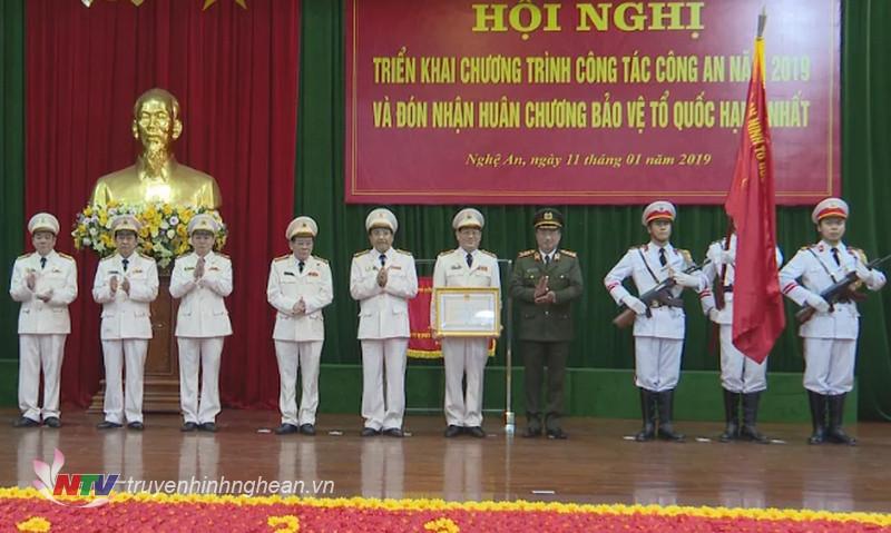 Thừa ủy quyền, Thứ trưởng Bộ Công an đã trao tặng Huân chương bảo vệ Tổ quốc hạng Nhất cho Công an Nghệ An.