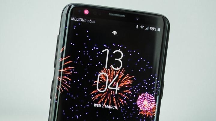 """  1. Samsung Galaxy S10 Galaxy S10 được cho là có màn hình OLED """"nồi đồng cối đá"""" nhờ lớp phủ nhựa đặc biệt, đầu đọc vân tay dưới màn hình, camera được nâng cấp tới 3 ống kính sau.  """