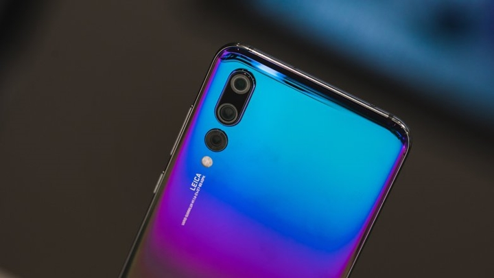2. Huawei P30  P30 được trang bị 4 camera và bộ xử lí Kirin 980 tích hợp trí tuệ nhân tạo, đầu đọc vân tay dưới màn hình. Đây cũng là smartphone 5G đầu tiên của Huawei.