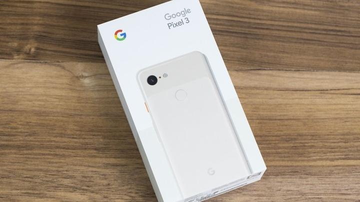 3. Google Pixel 4 (XL)  Pixel 4 được thiết kế khác biệt so với những bản Pixel thế hệ trước, tuy nhiên giữ nguyên 1 camera sau do Google luôn khẳng định một camera duy nhất có thể đối đầu với camera kép hoặc thậm chí ba camera.