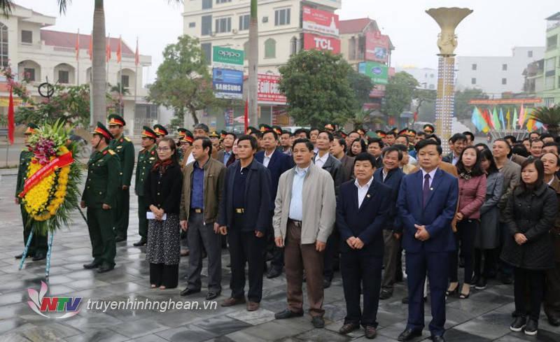 Các đại biểu dâng hoa tưởng niệm các anh hùng liệt sỹ.