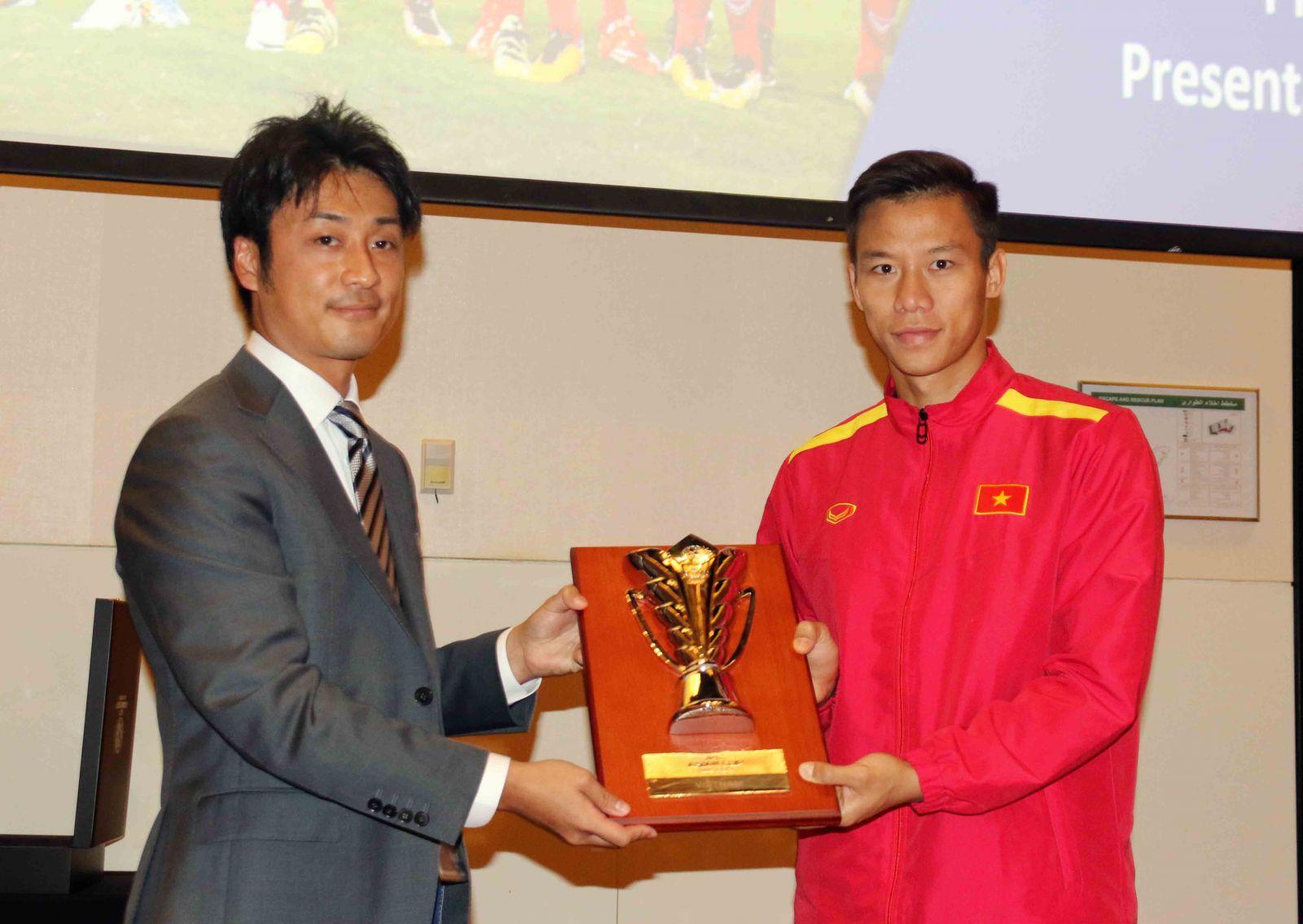 Tại cuộc họp, đội trưởng Quế Ngọc Hải thay mặt đội tuyển nhận Kỷ niệm chương Asian Cup 2019.