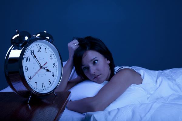 Những người thức khuya trong một thời gian dài sẽ dần cảm thấy mệt mỏi, chán ăn, vàng da, dễ bị nhiệt miệng và sức đề kháng suy giảm - triệu chứng gan yếu.