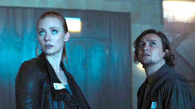 Escape Room: Ra mắt khán giả ngay ngày 4/1, Escape Room kể câu chuyện 6 người xa lạ phải tìm bằng được những thứ ẩn giấu để thoát khỏi các căn phòng chứa đầy cạm bẫy chết chóc. Đạo diễn Adam Robitel là người từng thực hiện Insidious: The Last Key. Phim có sự tham gia của ngôi sao Lost in Space Taylor Russell và Daredevil Deborah Ann Woll. Escape Room gây tò mò vì có nét tương đồng với loạt phim kinh dị nổi tiếng Saw.