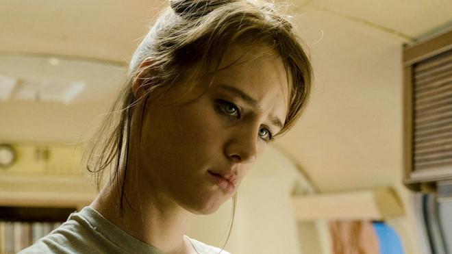 The Turning: Từng được chuyển thể nhiều lần, cuốn tiểu thuyết The Turn of the Screw (1898) của Henry James tiếp tục là nguồn cảm hứng của Hollywood. Và The Turning là tác phẩm mới nhất dựa trên cuốn sách, dự kiến ra mắt vào tháng 2/2019. Phim quy tụ hai diễn viên Mackenzie Davis (Blade Runner 2049, Terminator 6) và Finn Wolfhard (Stranger Things, It), kể về một cô gái trẻ và những trải nghiệm kinh dị khi chăm sóc hai đứa trẻ tại một ngôi nhà cũ.