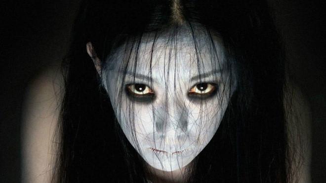 """Grudge: Đây là tác phẩm """"tái khởi động"""" thương hiệu The Grudge, làm lại từ loạt phim kinh dị Ju-On của Nhật. Người chịu trách nhiệm đem lại sức sống mới cho thương hiệu là đạo diễn Nicolas Pesce (The Eyes of My Mother, Piercing). Phim có sự tham gia của nữ diễn viên Andrea Riseborough, John Cho - ngôi sao gốc Hàn trong Searching, và Lin Shaye - minh tinh Insidious."""
