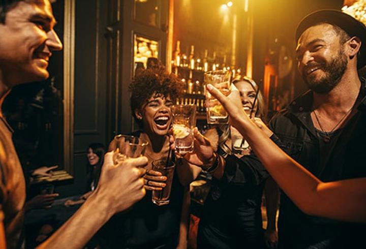 11. Sử dụng đồ uống có cồn: Đồ uống có cồn có thể khiến bạn thấy ấm lên lúc đầu, bởi nó làm giãn những mạch máu ngay dưới da. Nhưng bạn sẽ cảm thấy lạnh sau đó. Trong thời tiết giá lạnh, sử dụng đồ uống có cồn có thể khiến bạn cảm thấy lạnh đến mức nguy hiểm, giảm thân nhiệt.