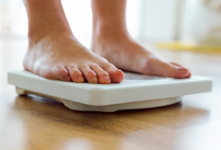 7. Chán ăn: Đây là một chứng rối loạn ăn uống có thể khiến bạn cắt giảm đáng kể lượng protein hấp thụ và khiến cơ thể gầy còm đến mức nguy hiểm. Sự thiếu hụt chất béo trong cơ thể có thể khiến bạn luôn cảm thấy lạnh, đặc biệt là ở bàn tay và bàn chân. Căn bệnh này có thể đe dọa đến tính mạng của bạn.