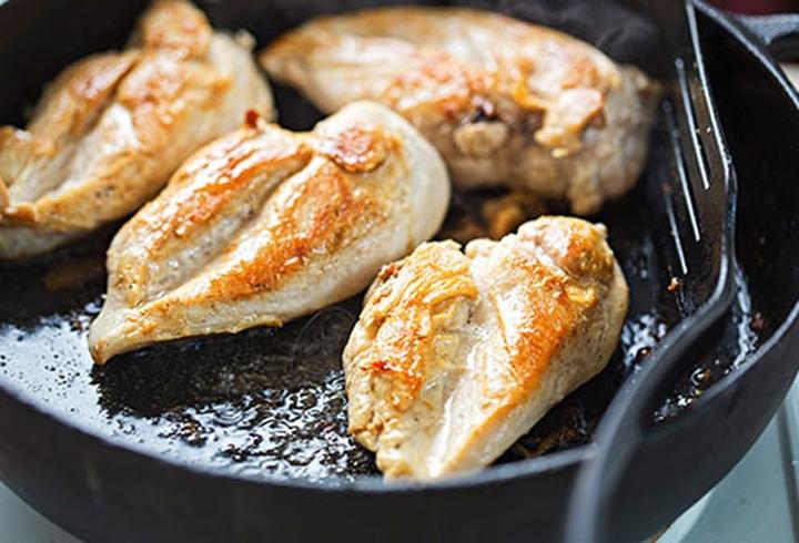 9. Thiếu vitamin B12: Thiếu vitamin B12 có thể dẫn đến thiếu máu, khiến cho bạn cảm thấy lạnh. Vitamin B12 có trong thịt gà, trứng và cá. Một số loại ngũ cốc và thực phẩm khác cũng có chứa chất này.