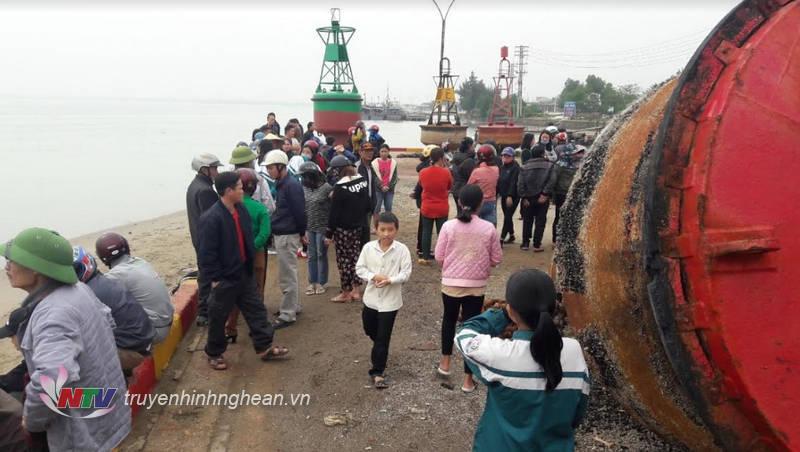 Nhiều người dân tập trung khu vực cảng Cửa Hội - nơi xảy ra tai nạn.
