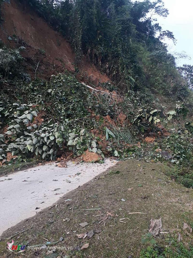 Đoạn đường nhựa duy nhất vào trung tâm xã Nậm Giải bị sạt lở đất đá gây ách tắc giao thông