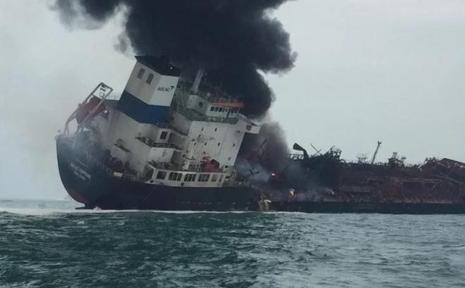 Khói bốc lên trong vụ cháy tàu chở dầu ngoài khơi Hong Kong (Trung Quốc) ngày 8/1.
