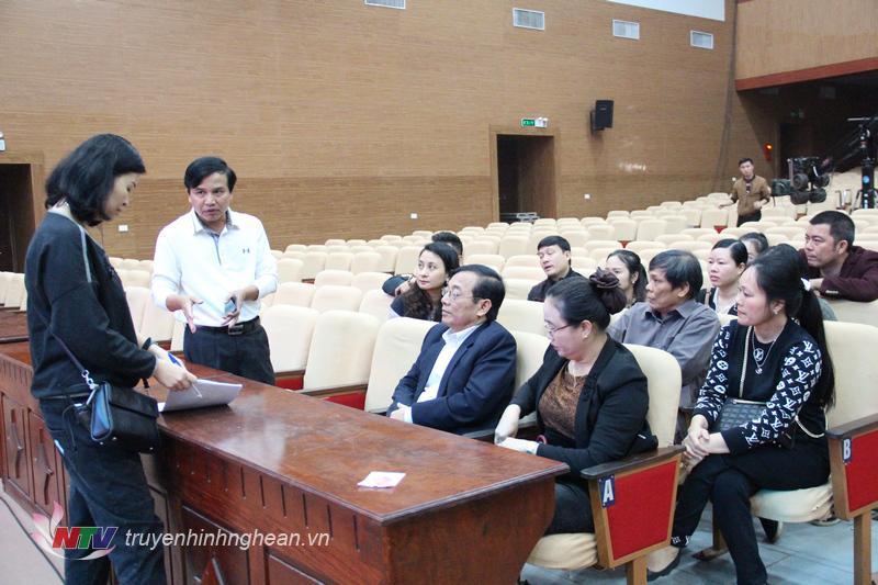 Giám đốc Đài PT-TH Nghệ An Nguyễn Như Khôi trao đổi với ê kíp sản xuất phát sóng chương trình.