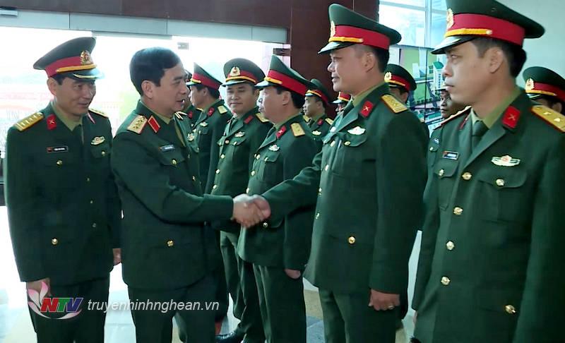 Thượng tướng Phan Văn Giang - Ủy viên Trung ương Đảng, Ủy viên Thường vụ Quân ủy Trung ương, Tổng tham mưu trưởng, Thứ trưởng Bộ Quốc phòng cùng đoàn công tác thăm, làm việc tại Bộ Chỉ huy Quân sự tỉnh Nghệ An.